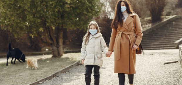 Sok helyen már csak maszkban lehet kilépni az utcára, 20 óra után kijárási tilalom – a legfrissebb járványügyi védekezés részletei