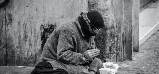Sérti az emberi méltóságot a koldulás büntetése