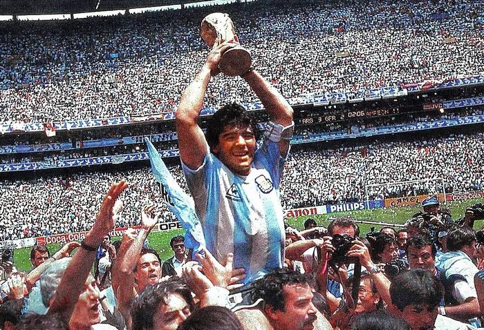 Maradona c. életrajzi kötet – vb-aranyérem Mexikóban