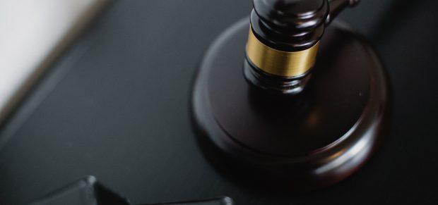 Feltétlen eljárási szabálysértést valósított meg, ha a bíróság a terhelt kérelme ellenére nem tűzött ki nyilvános ülést